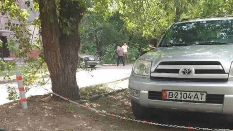 На Ибраимова житель огородил и оцепил участок для личной парковки. Ответ мэрии