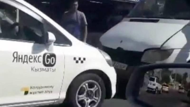 «Фит» «Яндекс Такси» лоб в лоб столкнулся с бусом. Видео с места аварии