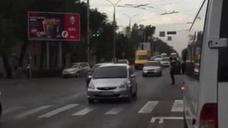 Регулировщик создал огромные пробки на Айтматова. Видео