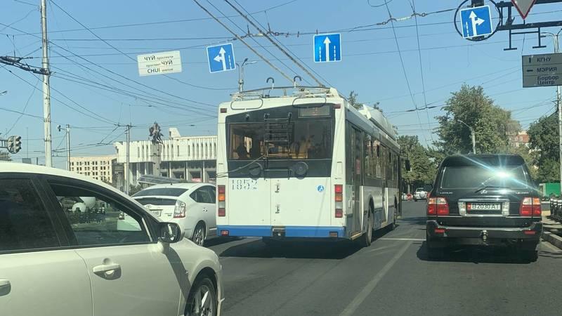 Троллейбус №2 повернул со второго ряда на Манаса. Фото