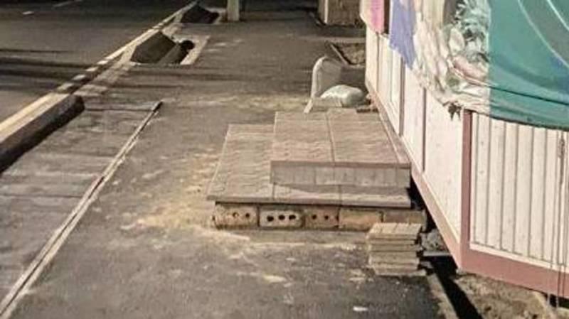 На ул.Дзержинского магазин установил ступеньки на отремонтированном тротуаре. Фото
