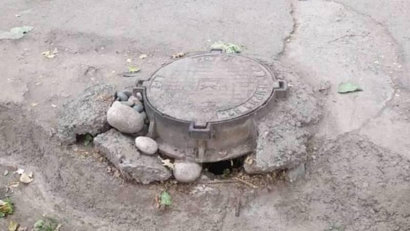 Ужасная вонь из канализации в 7 мкр, - горожанин. Фото