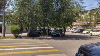 Парковка на газоне на Огонбаева-Суюмбаева