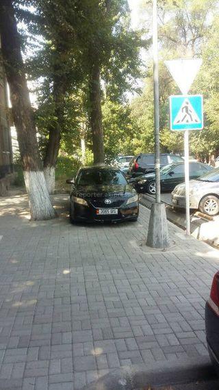 Парковка на тротуаре возле здания омбудсмена