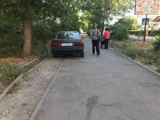 Парковка на газоне в мкр Тунгуч