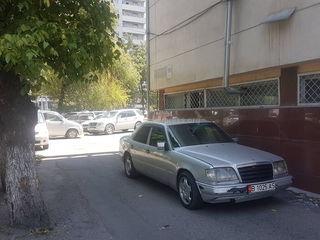 Машина загородила выезд и въезд на ул.Токтогула