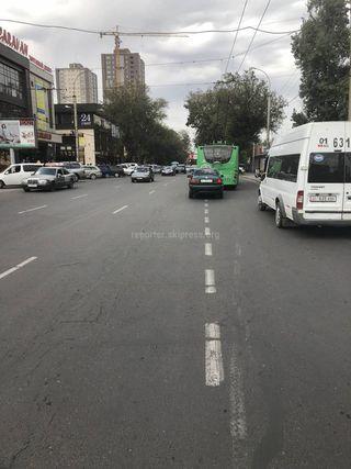 Машина едет на полосе для общественного транспорта на ул.Киевской