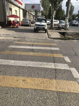 Парковка на тротуаре на ул.Юнусалиева
