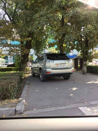 Парковка на тротуаре на Киевской-Ибраимова