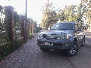 Машина загородила тротуар на ул.Бакаева