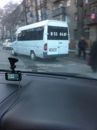 Читатель прислал фото: «Маршрутка останавливается на двух перекрестках, Логвиненко-Боконбаева, Логвиненко-Панфилова, а мы ждали пока она высадит пассажиров.»