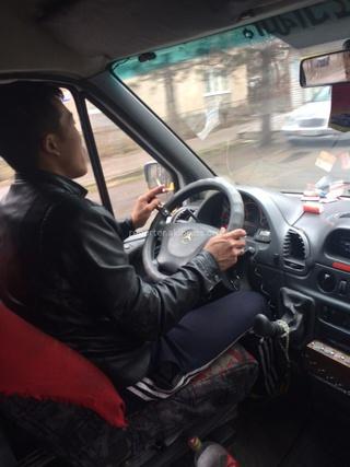 Читатель обратился в редакцию: «Возможно ли поднять вопрос курения водителей в общественном транспорте? Часто в последнее время встречаются такие водители (разных маршрутов, на фото 113 и 114). Пару раз я просила не курить водителей и они выбрасывали сига