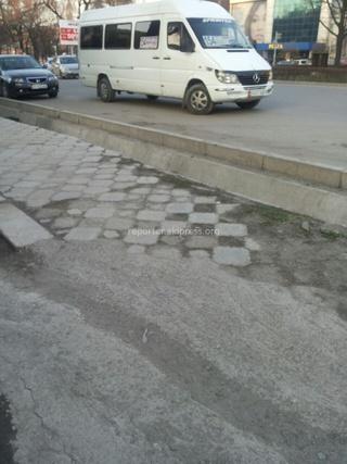 Читатель сообщает: «Киевская-Ибраимова, маршрутка стояла посередине дороги припаркованной, перекрыла полосу движения.»