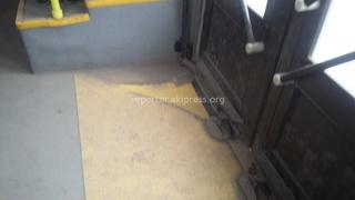 Горожанин прислал фото: «Вопрос к дирекции троллейбусного парка. Почему все машины в таком ужасно антисанитарном состоянии? Кто должен контролировать этот вопрос?»