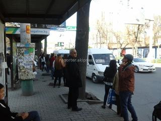 «На Советской маршрутники порой встают таким образом, что школьникам и простым пассажирам порой трудно сесть в общественный транспорт», - жалуется читатель.