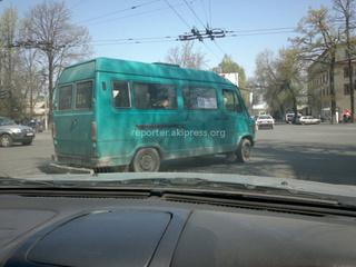Днем 20 апреля на Жибек жолу пересекает Советская со второй полосы повернул этот водитель.