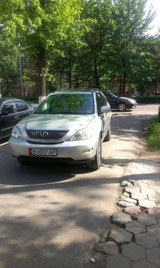 7 мая водитель этого авто припарковали на проезжей части.