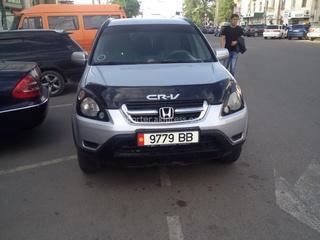 6 мая автолюбитель прислал фото: «Можно ли бороться с такой наглой парковкой машин со служебными номерами? Кому принадлежит автотранспорт? Целый час я не мог выехать из-за этого нарушителя.»