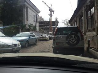 «Не мог заехать домой из-за перекрытия машинами улицы Чокморова (пересекает Раззакова) 6 мая после обеда», - читатель.