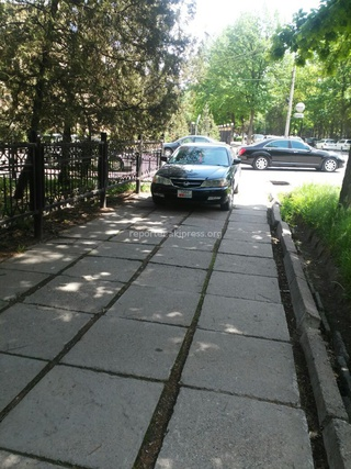 Неправильная парковка на тротуаре днем 4 мая.