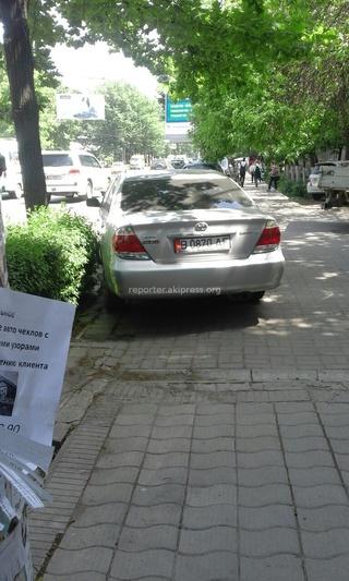 «Оставили машины прямо на тротуарной дорожке на Киевская -Тыныстанова. А 8848 стоял припаркованный прямо на проезжей части на Советская-Киевская, из-за таких весь центр в пробках», - читатель.