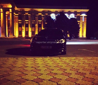 Читатель прислал фото в ночь со 2 на 3 мая: «Только что возле ЖК (рядом с АУЦА) стояла в круговую тонированная машина с сомнительными номерами.»
