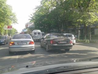 «Интересно, есть ли разрешение на тонировку передних боковых стекол и лобового стекла у водителя автомашины «Мерседес-Бенц» черного цвета с госномером 0111KG, за рулем которого постоянно ездит молодой парень (студент или только что окончивший ВУЗ). Не думаю, что он является водителем чиновника. Просьба прокомментировать», - читатель 7 мая.