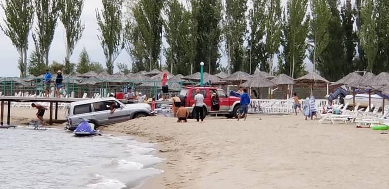 «Тойота Ленд Крузер» заехала в озеро Иссык-Куль (фото, видео)