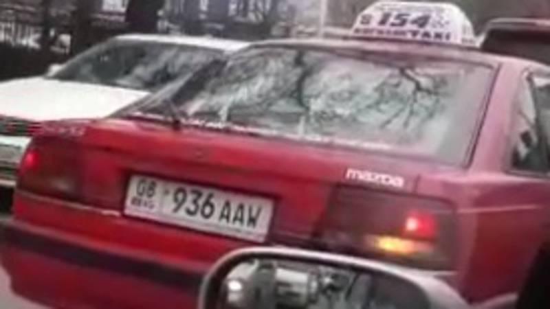На Ахунбаева-Малдыбаева водитель «Мазды» повернул со второго ряда (видео)