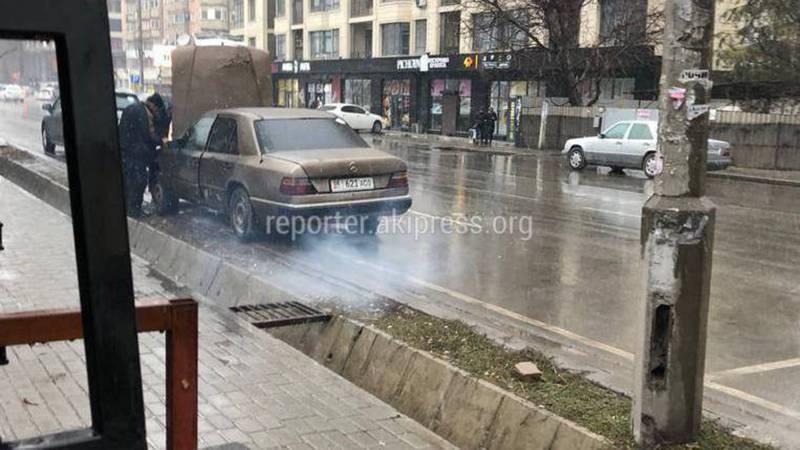 Фото — В центре Бишкека «Мерседес» пускал густой дым