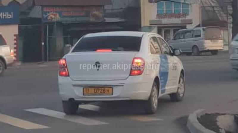 В Бишкеке на Ж. Жолу-Шопокова водитель такси повернул на красный свет светофора (видео)