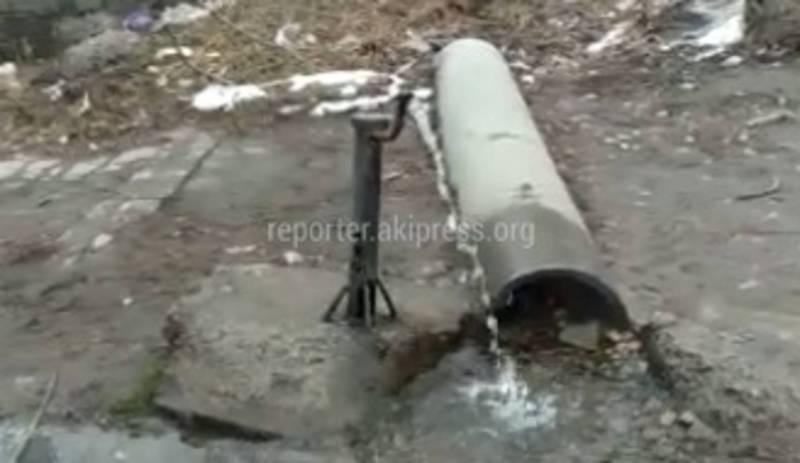 В районе ГЭС-5 на Ленина и 40 лет Победы питьевая вода с колонки течет в арык, - бишкекчанин (фото)