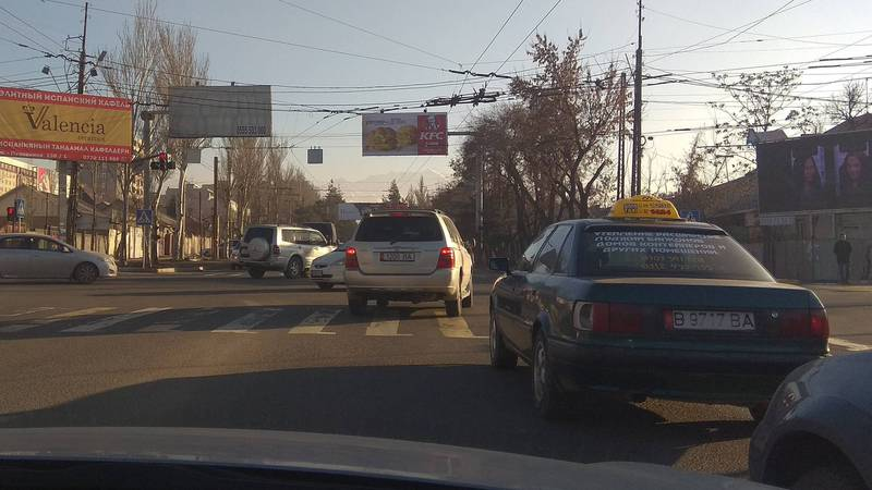 На Ахунбаева-Юнусалиева «Тойота» выехала за стоп-линию, - бишкекчанин (фото)