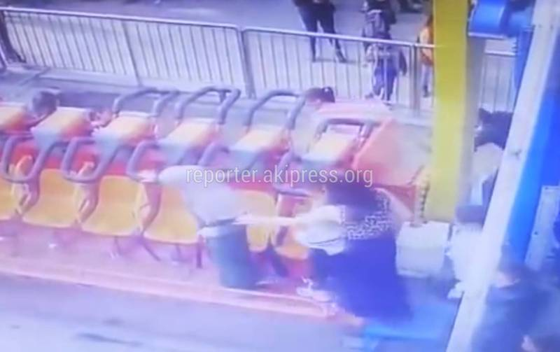 Видео – Момент падения девушки с аттракциона в парке Панфилова