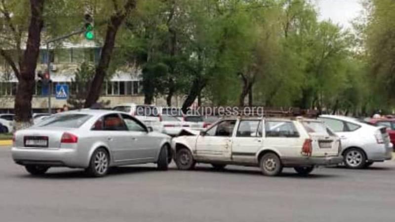 На Манаса - Токтогула произошло ДТП (фото)