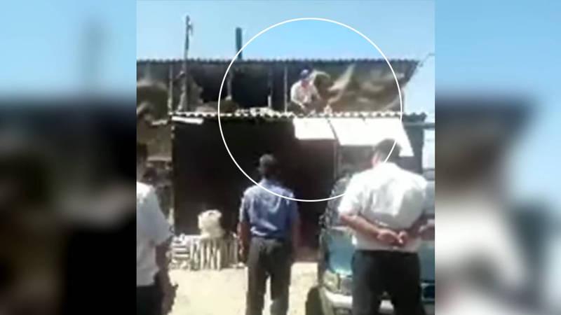 Житель Чон-Арыка залез на крышу и грозился поджечь себя, облив бензином. Видео