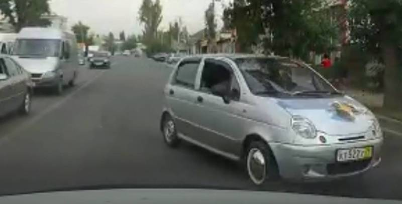 На Курманжан Датка - Фрунзе водитель «Дэу Матиз» с российским госномером выехал на встречную полосу (видео)