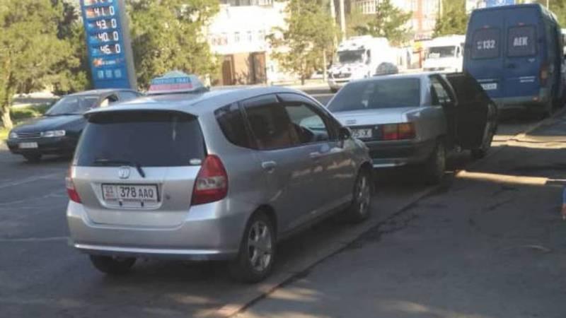 В 5 мкр водители такси мешают общественному транспорту и пассажирам (фото)