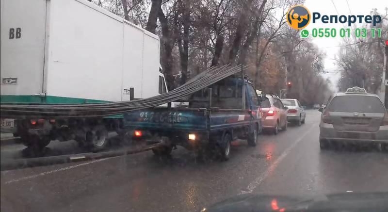 Водитель жалуется на самодельные прицепы, которые мешают дорожному движению (видео)