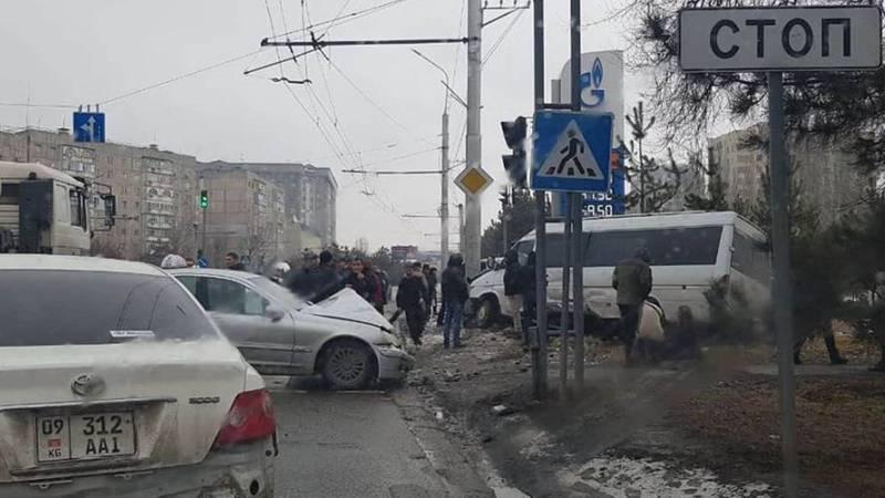 В Бишкеке произошло крупное ДТП с участием четырех автомобилей. Один человек погиб. Видео, фото