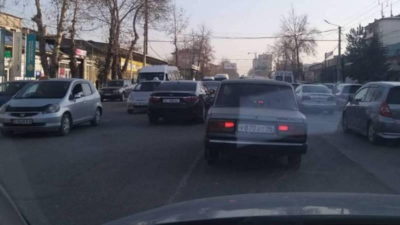 На проспекте Масалиева водитель легковушки выехал на встречную полосу. Фото