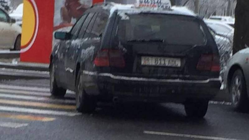 На Московской-Тыныстанова водитель такси припарковался на остановке. Фото