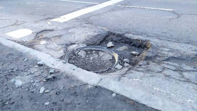 Горожанин просит заделать огромную яму на Элебесова-Баялинова. Фото