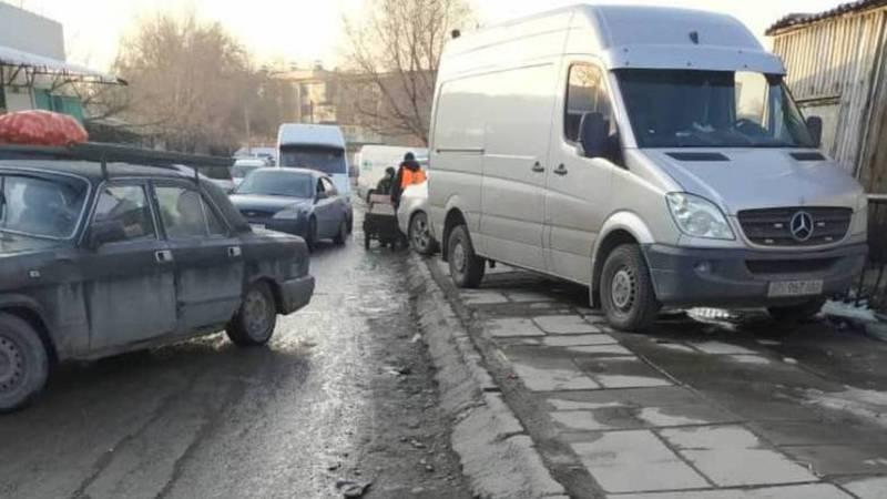 На ул.Павлова возле Ошского рынка функционирует платная парковка на тротуаре. Видео, фото
