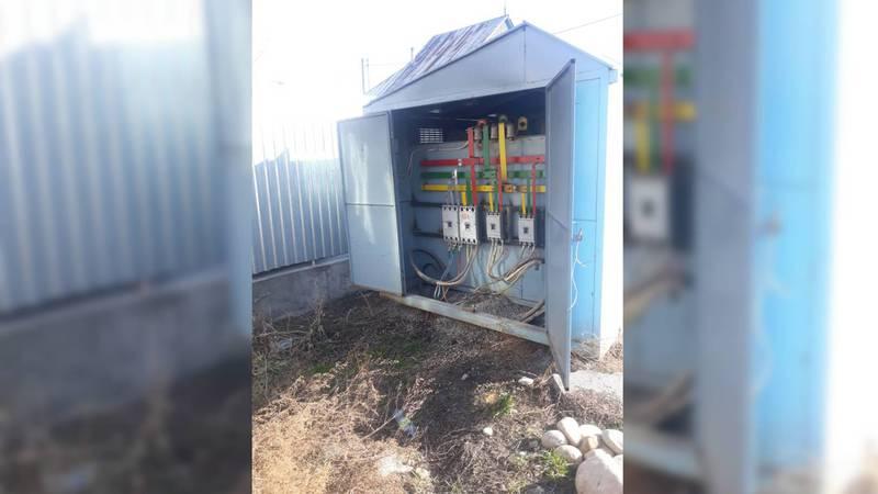 На улице Тулебердиева уже два дня трансформаторная будка стоит открытой. Видео, фото