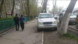 Парковка на тротуаре на участке ул.Суюмбаева
