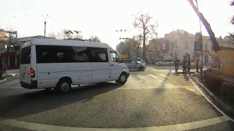 Водитель маршрутки на глазах у инспекторов нарушил ПДД, а те не отреагировали, - горожанин (видео)