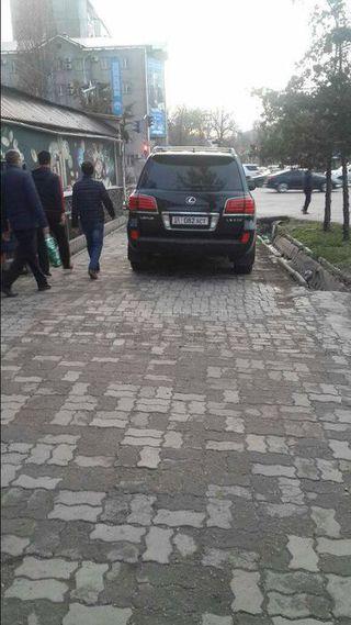 Парковка на тротуаре на ул.Ибраимова