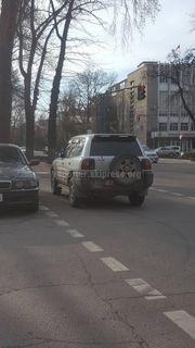 Парковка на пешеходном переходе на Эркиндик-Фрунзе
