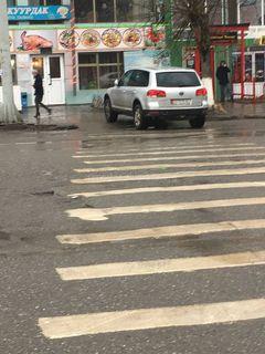 Парковка на тротуаре на ул.Раимбекова в городе Ош